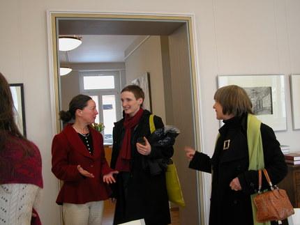 Ausstellung JUNGE KUNST im Jahr 2009, Stephanie Marx und die Galeristin