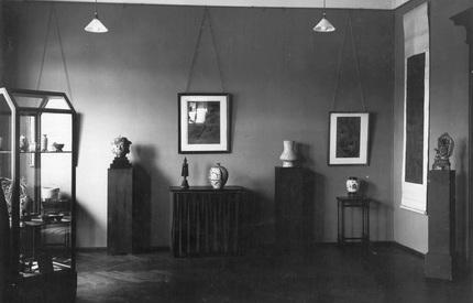 Ansicht eines Raumes der Kunstausstellung Kühl an der Augustusbrücke (Ausstellung Ostasiatica Okt. 1932)